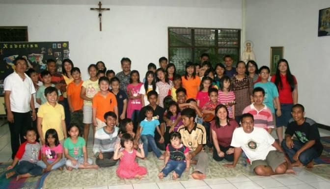 Fr.Yudhis(baju biru garis-garis) bersama anak-anak BIA BSD