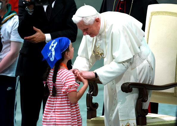 Papa recebe criança.