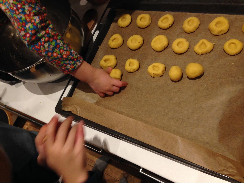 Weihnachtsplätzchen Fertigteig.Weihnachtsbäckerei Plätzchen Backen Mit Kindern