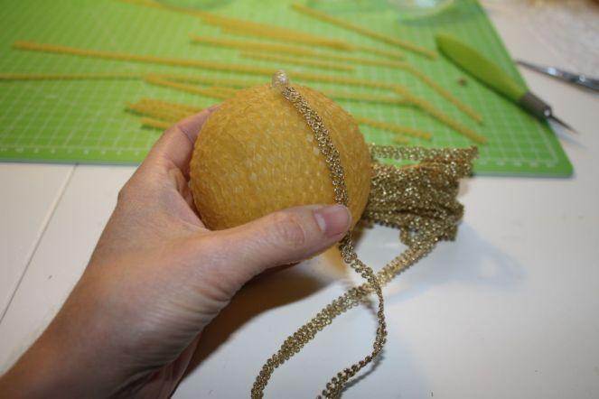 bordure-auf-bienenwachskugel-anbringen