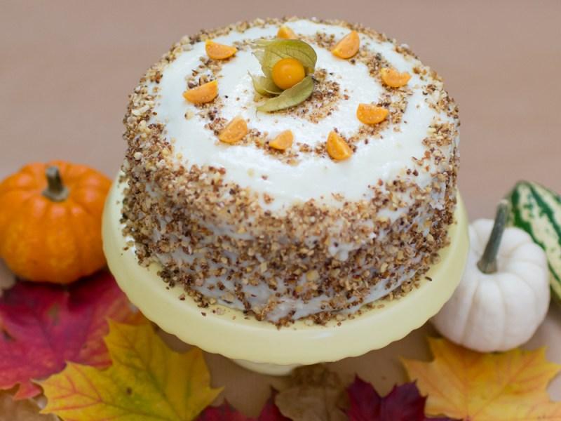 Saftiger Herbstkuchen mit Physalis, gebrannten Mandeln und weißer Ganache