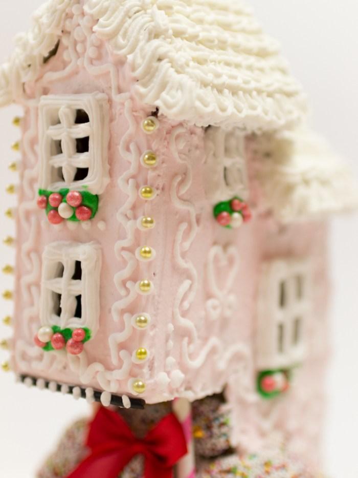 gingerbread burrow, amazing gingerbreadhouse, Anleitung Lebkuchenhaus bauen, rosa Lebkuchenhaus