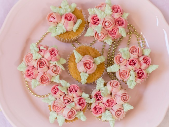 cupcakes mit rosen t llen herstellen russian piping tips. Black Bedroom Furniture Sets. Home Design Ideas