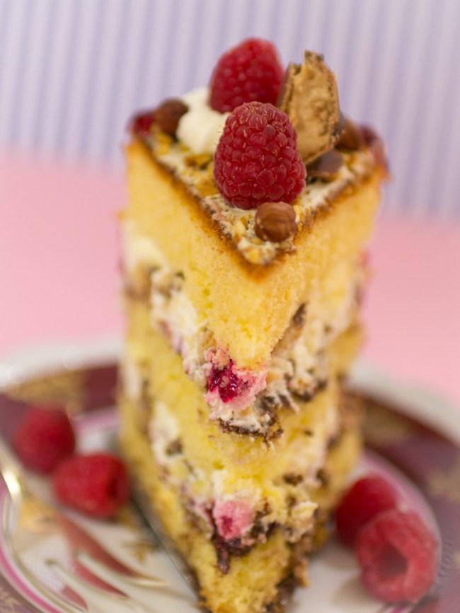 Himber-Torte-mit-Haselnüssen-und-Kinder-Bueno