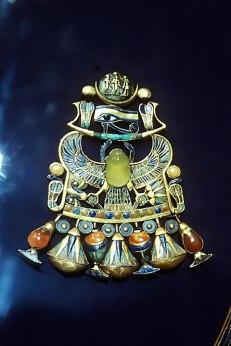 frauenfiguren eman ghoneim libysches wüstenglas Brustschmuck Tut-Ench-Amun mit einem Skarabaäus aus Lybischem Wüstenglas, hellgelb