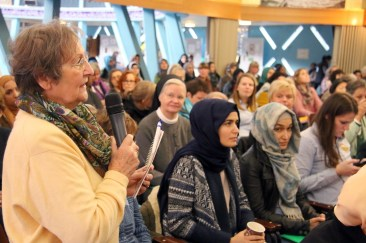 Nachfrage einer Zuhörerin an das Podium. Foto: Kathrin Erbe