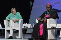 Erzbischof Ignatius Kaigama (Abuja/Nigeria) und Brigitte Jaschke beim Podium Foto: Ralf Adloff