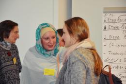 Sana Khan im Gespräch mit einer Teilnehmerin