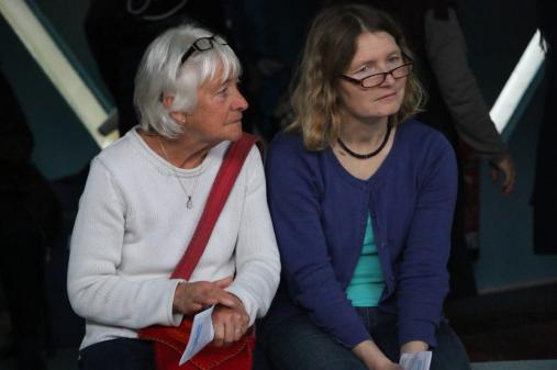 Aufmerksame Zuhörerinnen beim Begegnungstag