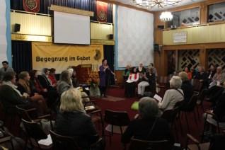 Die Jüdische Kantorin Dana Zeimer trägt vor