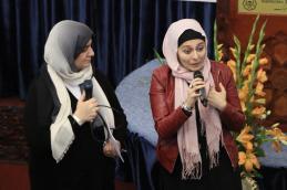 Fatima Emari mit Teilnehmerin beim Fishbowle