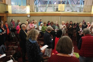 Frauen beim gemeinsamen Mittagsgebet