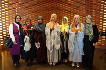 Buddhistinnen und Muslima in der Kapelle_D