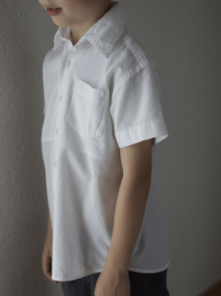 Kinderhemd seitlich vorne Upcycling Herrenhemd Frau Fadegrad
