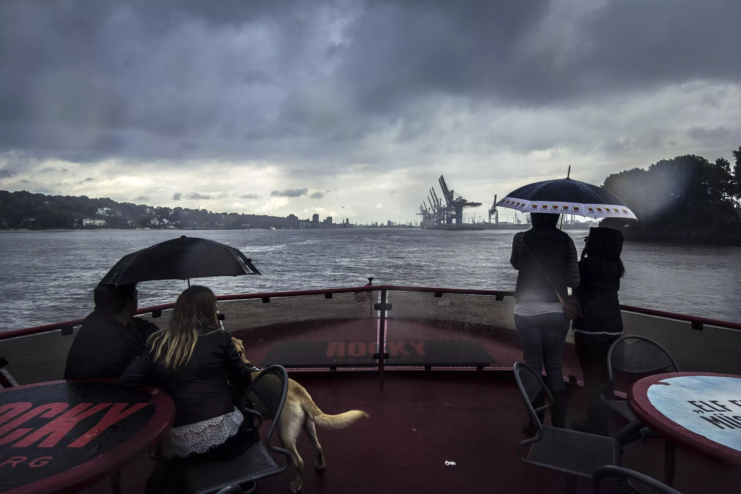 Regen und Sturm auf der Elbe Höhe Övelgönne