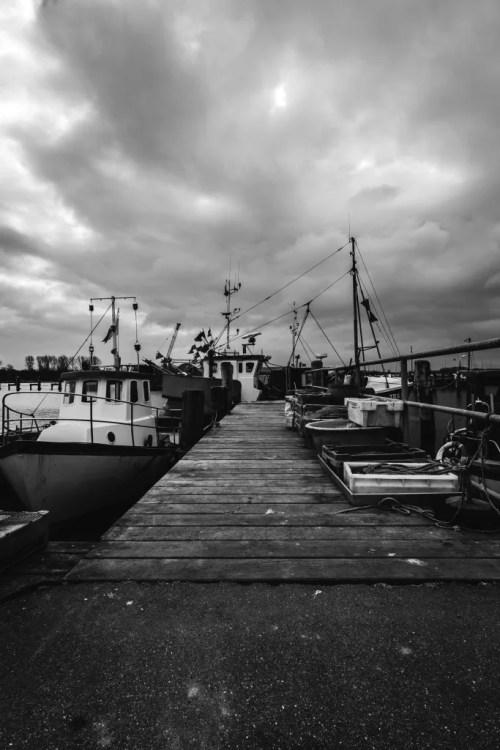 Dunkle Wolken über dem Hafen
