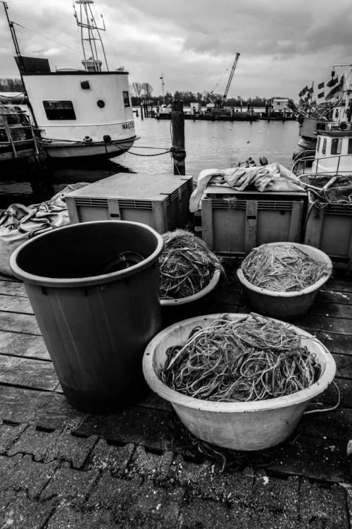 Netze und frischer Fisch im Fischereihafen Travemünde