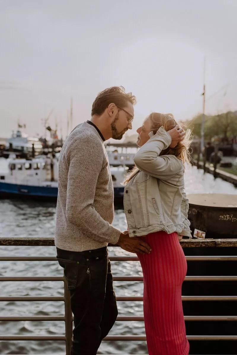 Ein glückliches Paar bei einem entspannten Shooting im Museumshafen Övelgönne