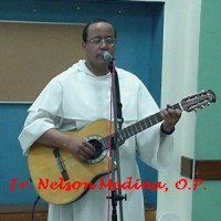 Fr. Nelson cantando