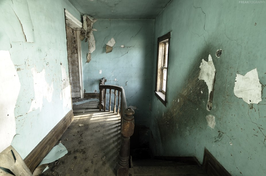 An interesting composition with lots to draw your eyes to in this abandoned house.