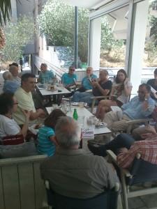 Από δεξιά: Νίκος Αλ. Μηλιώνης, Ούρσουλα Φωσκόλου, Κώστας Κουτσουρέλης, Γιάννης Παπακώστας, Νίκος Λάζαρης, Χάρης Φύτρος, Δημήτρης Νόλλας, Διονύσης Κ. Μαγκλιβέρας, Δημήτρης Αγγελής, Νατάσα Κεσμέτη, Νικόλας Παυλόπουλος (με την πλάτη στον φακό).