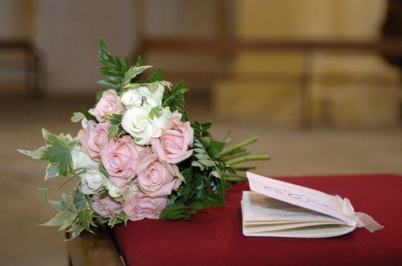 photo du bouquet de fleurs de mariée à l'église