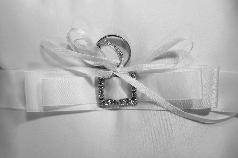 photo d'alliances de mariés en noir et blanc