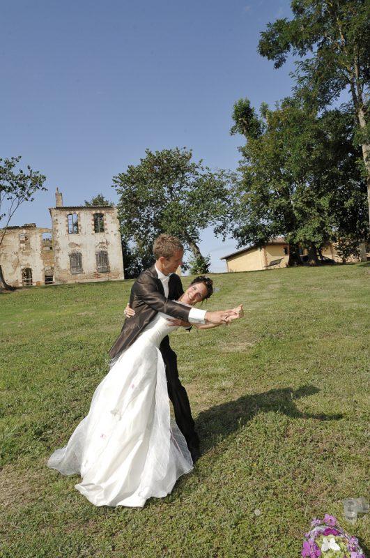 photo de couple mariés à la campagne