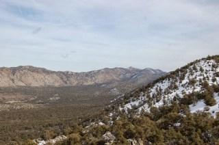 La montagne enneigée et à côté l'autre montagne, plutôt désertique