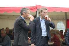 Dansk Folkepartis organisationskonsulent Steen Thomsen og Kristian Thulesen Dahl nyder hver en fadøl
