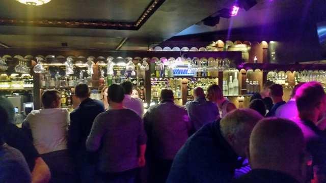 """kø ved baren på """"The Old Irish Pub"""" på åbningsaftenen, 31.8.2018"""