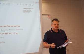 Bent Jensen taler på årets generalforsamling i Fredericia Håndboldklub. Foto: Andreas Dyhrberg Andreassen, Fredericia AVISEN.