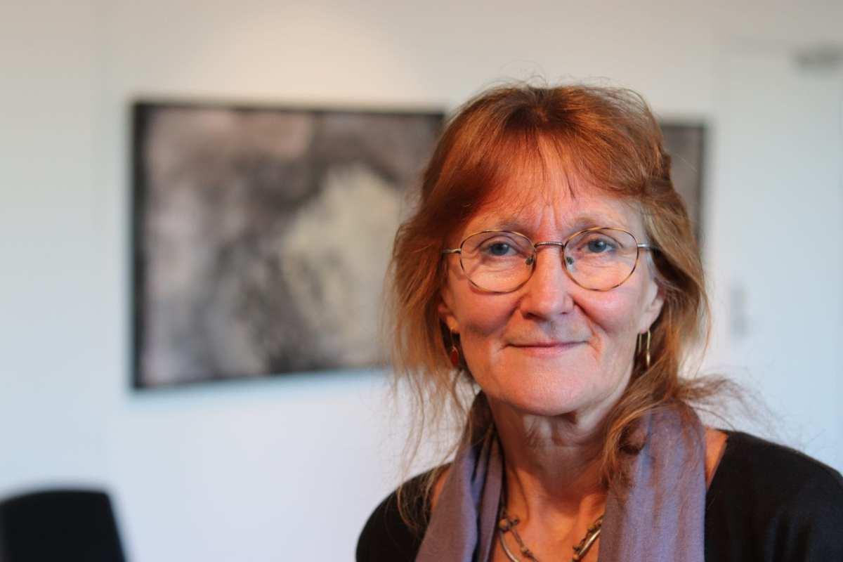 Inge Kjær finder inspiration i sit øre og ved at brænde knogler.