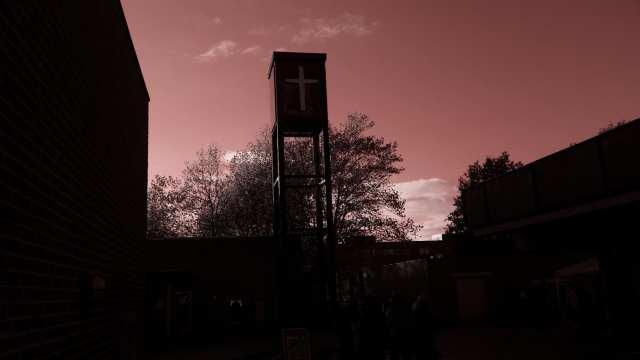 Hannerup Kirkes flotte klokketårn i smukt modlys (Foto: Claes Andersen)