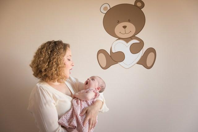 mère et fille baillant avant d'aller faire sieste avec un sticker d'ours serrant un coeur dans ses bras