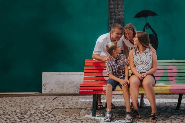 photographie-famille-ville-des-parapluies-colorés-portugal