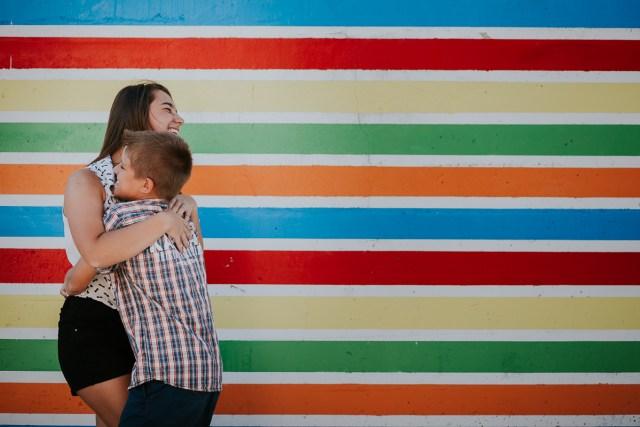 frere et soeur jouant devant lignes colorées
