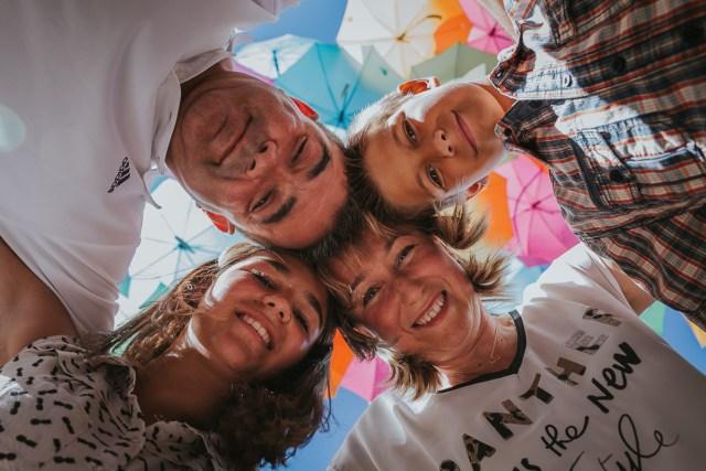 photographie de groupe famille sous les parapluies agueda