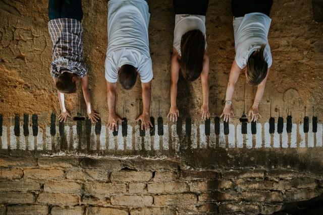famille joue du piano sur mur frederico santos photographe