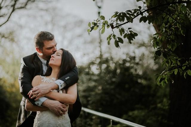 couple s'embrasse dans un parc