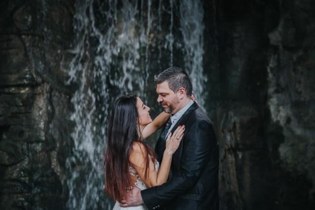 couple devant une cascade se regardant emotions