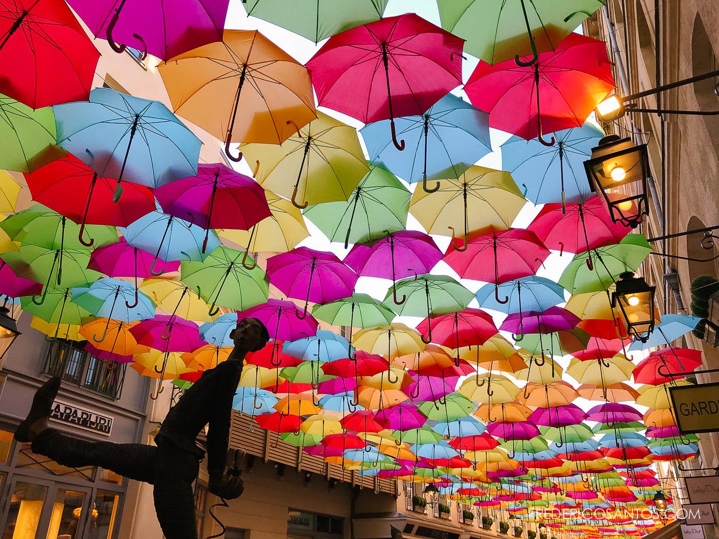 Parapluies couleurs village royal paris