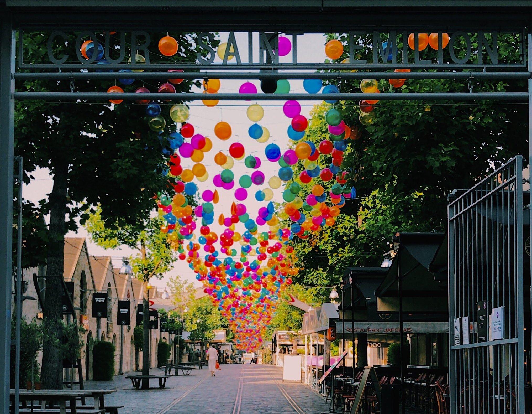 Bercy Village recouverts de ballons multicolores