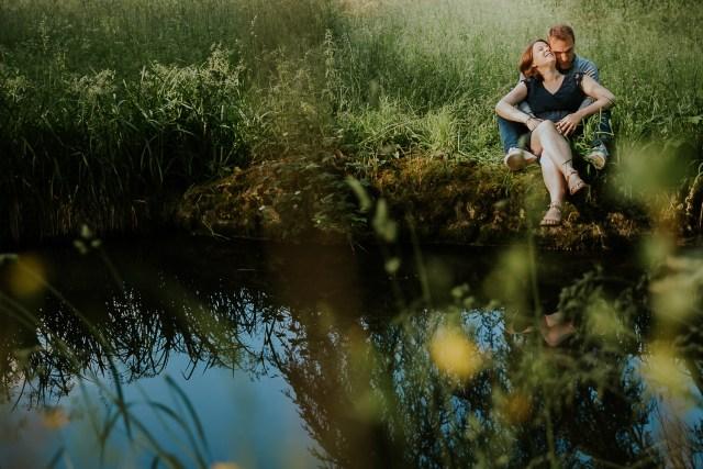 couple grossesse nature bord lac