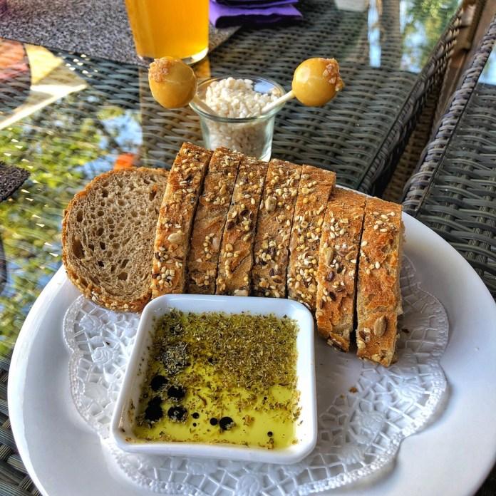 Besame Mucho - Boule de Parmesan, fromage frais et poire, avec du pain et de l'huile
