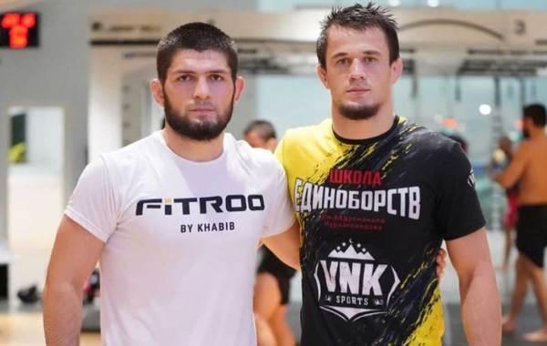Usman Nurmagomedov (right) with cousin Khabib Nurmagomedov (left).