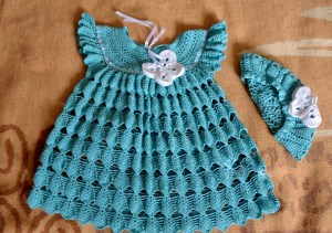 Beautiful beret and crochet baby dress with free pattern. Choose your line and use the free chart.