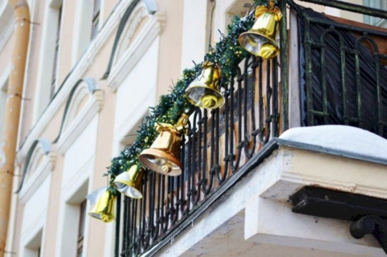 13 Charming Christmas Apartment Balcony Decoration Ideas For Most Memorable Holy Moments
