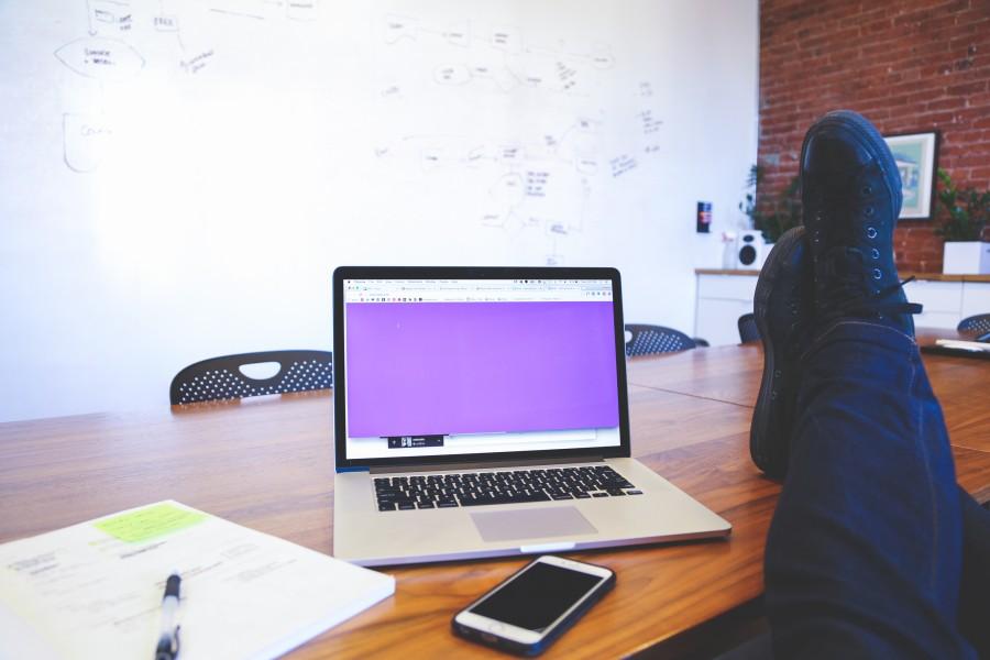 macbook, ordenador portatil, ordenador, iphone, movil, tecnologia, oficina, escritorio, pluma, papel, negocio, oficina, sala de juntas, creativo, pies, zapatillas, mesa, pizzara, diagrama, relax,