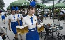105658677_This_photo_taken_on_August_12_2016_shows_a_waitress_carrying_jugs_of_beer_to_guests_be-large_trans++RjjRTclCn5EntB_unxOyXukWZ2wQyMFrq6bVM5K5Eps